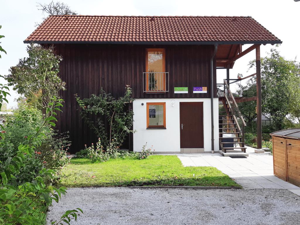 Außenbereich unserer Praxis in Neuhofen - bei Schönwetter Teil der Einkaufswoche!